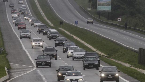 Farol Baixo se torna obrigatório em rodovias, multa de R$ 85 para quem não cumprir a norma.
